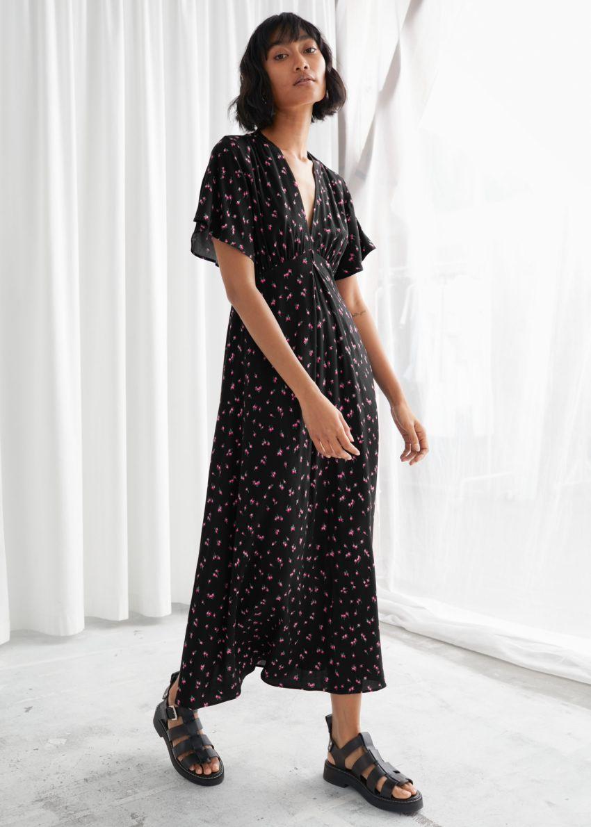 앤아더스토리즈 딥 브이넥 미디 드레스의 블랙 플로럴컬러 ECOMLook입니다.