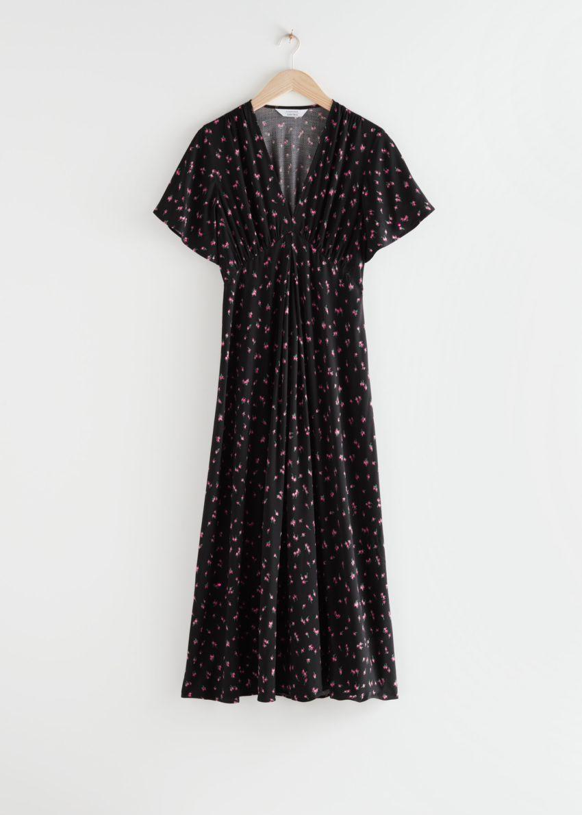 앤아더스토리즈 딥 브이넥 미디 드레스의 블랙 플로럴컬러 Product입니다.
