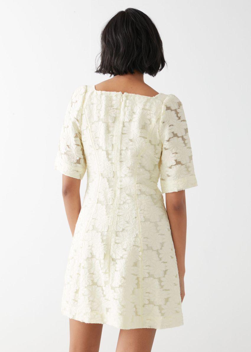 앤아더스토리즈 플라워 자카드 미니 드레스의 화이트컬러 ECOMLook입니다.