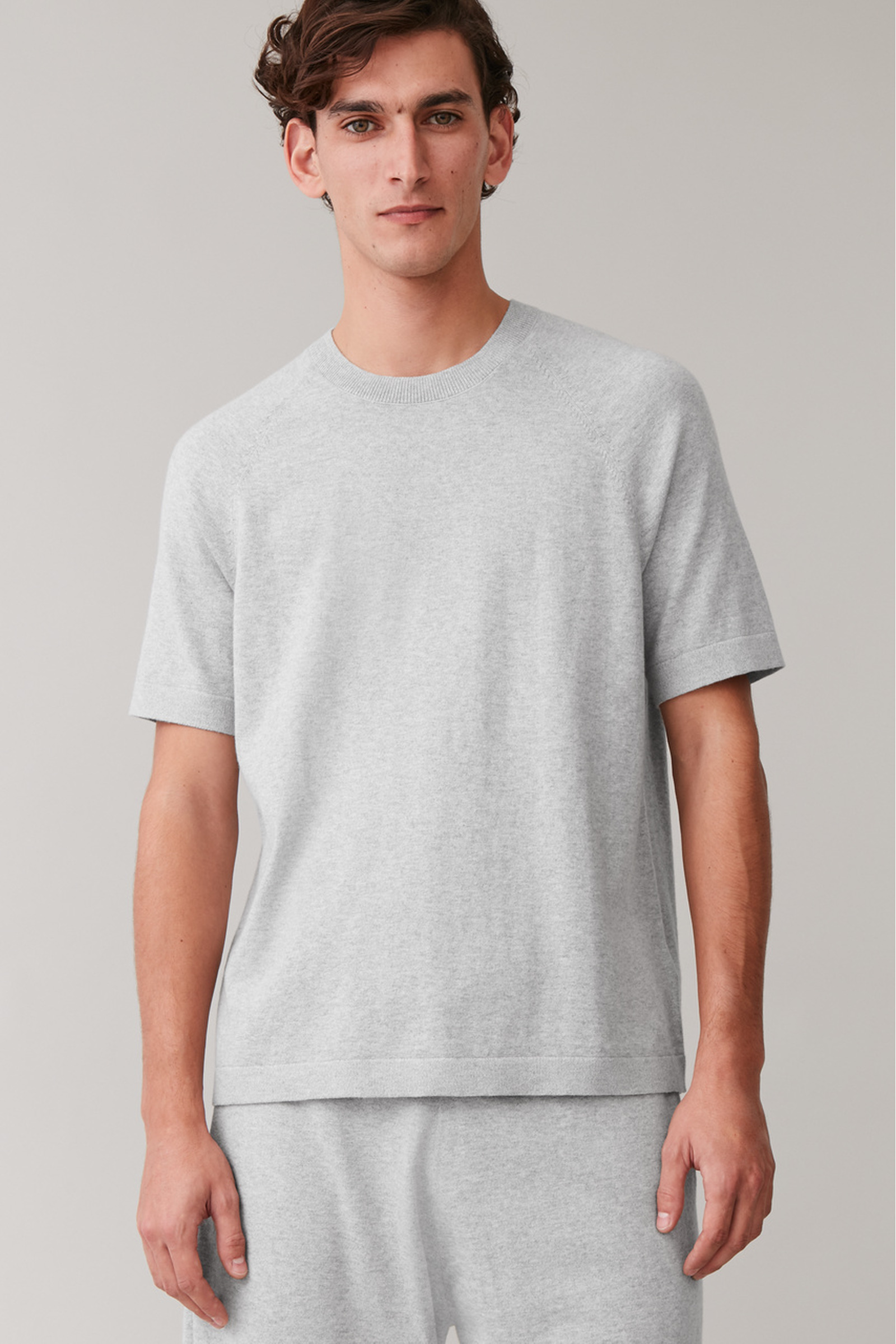 COS 코튼 캐시미어 니티드 티셔츠의 그레이컬러 ECOMLook입니다.