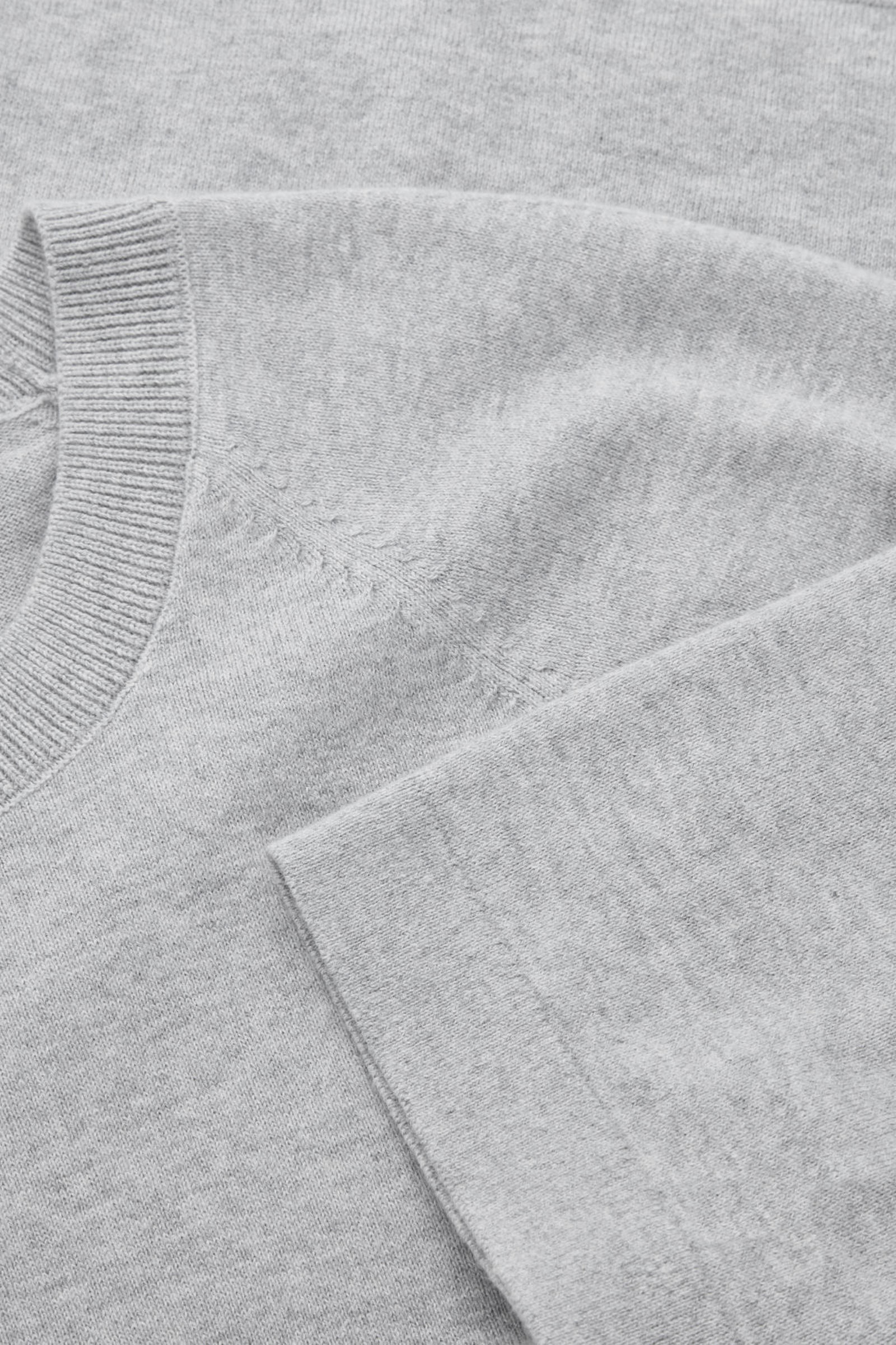 COS 코튼 캐시미어 니티드 티셔츠의 그레이컬러 Product입니다.