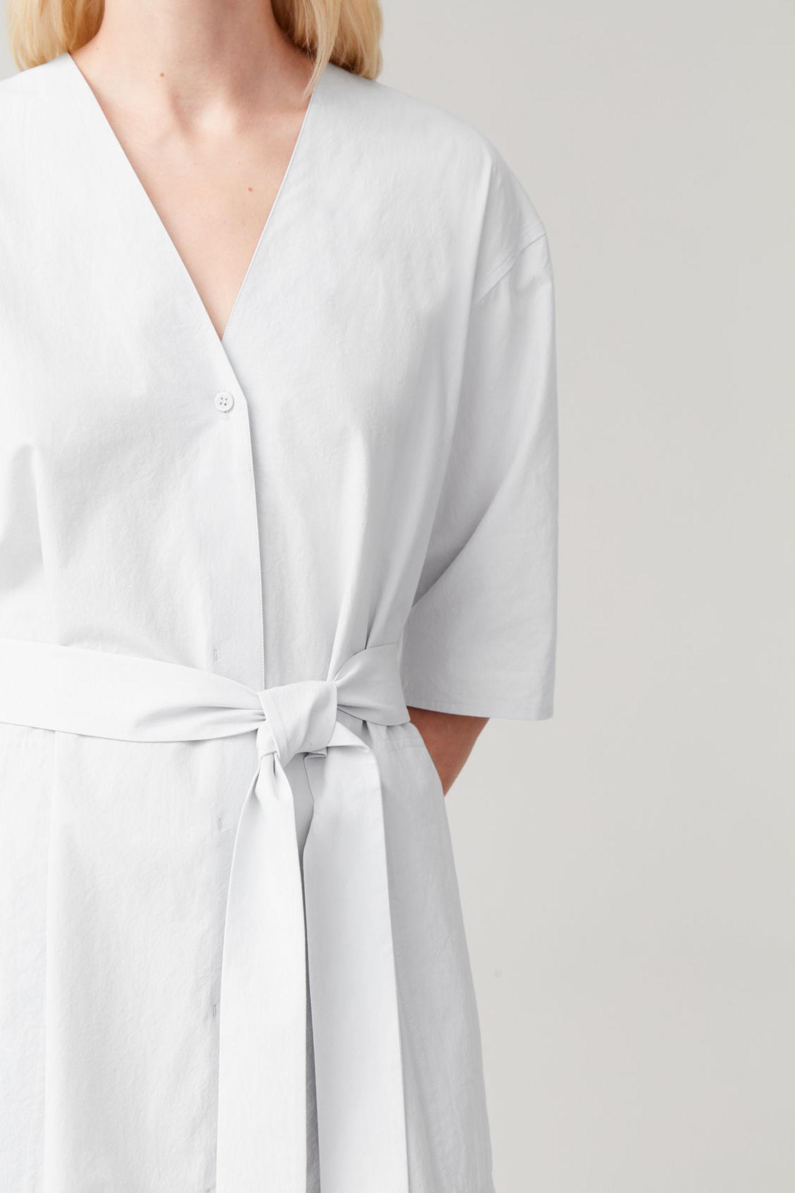 COS 벨티드 코튼 셔츠 드레스의 라이트 그레이컬러 ECOMLook입니다.