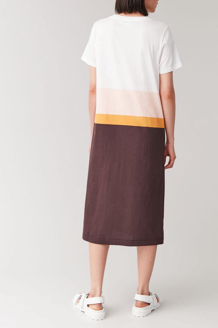 COS 코튼 티셔츠 드레스의 멀티컬러컬러 ECOMLook입니다.