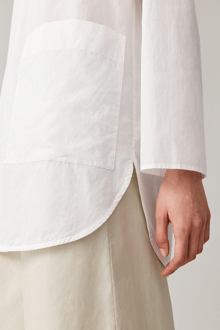 COS 라운디드 코튼 셔츠의 화이트컬러 ECOMLook입니다.