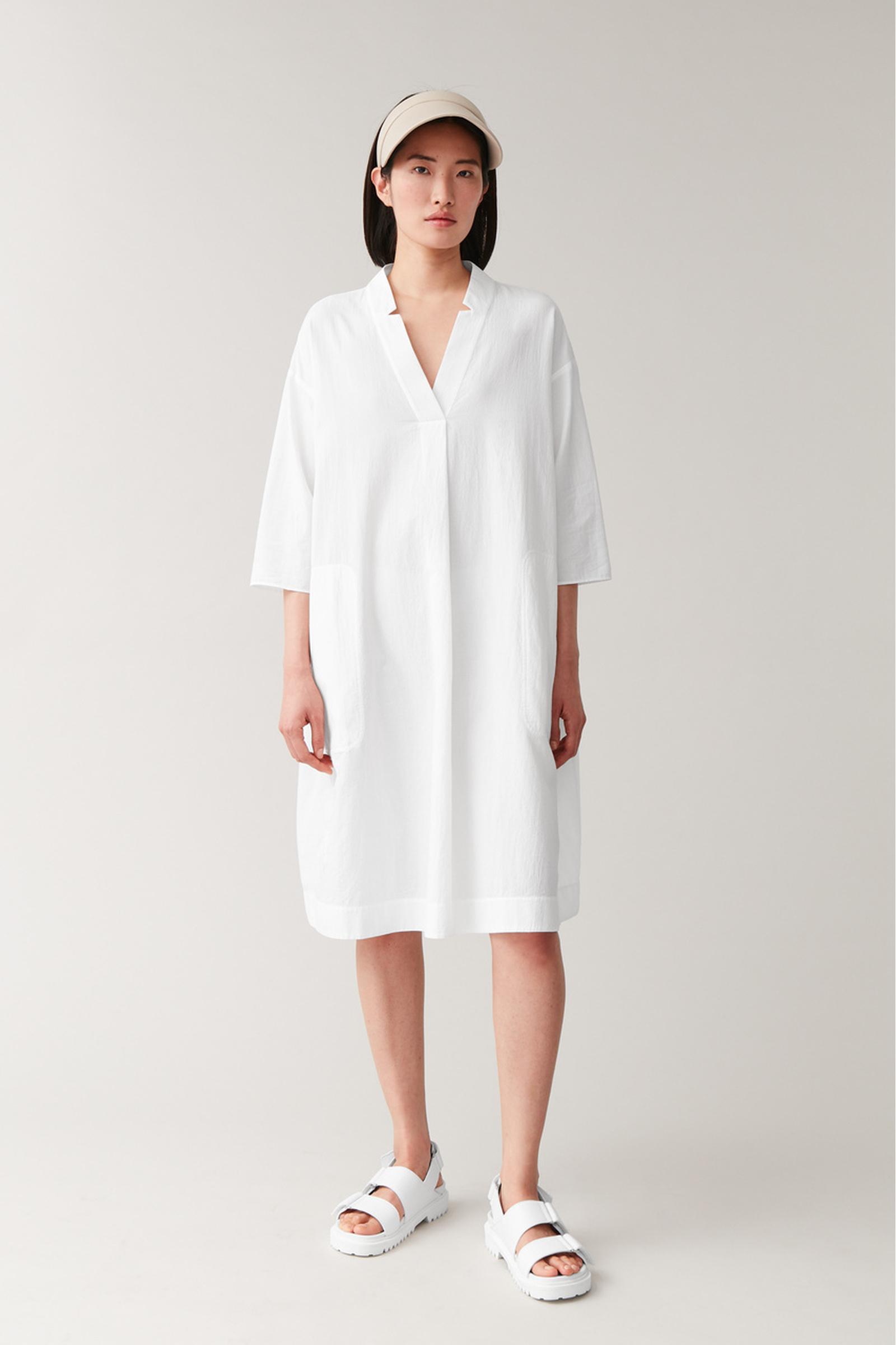 COS 볼류미너스 코튼 셔츠 드레스의 화이트컬러 ECOMLook입니다.