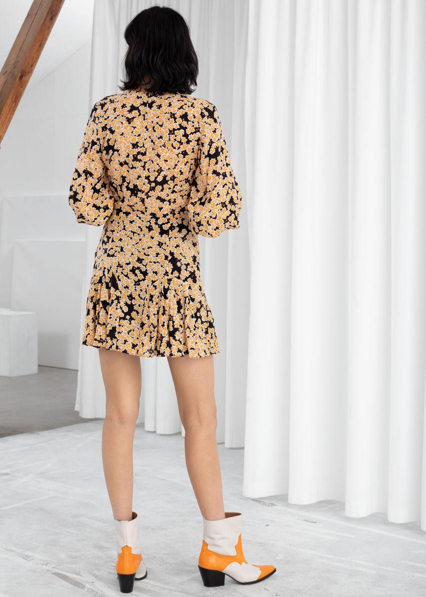 앤아더스토리즈 플로럴 모달 블렌드 미니 드레스의 오렌지 플로럴컬러 ECOMLook입니다.