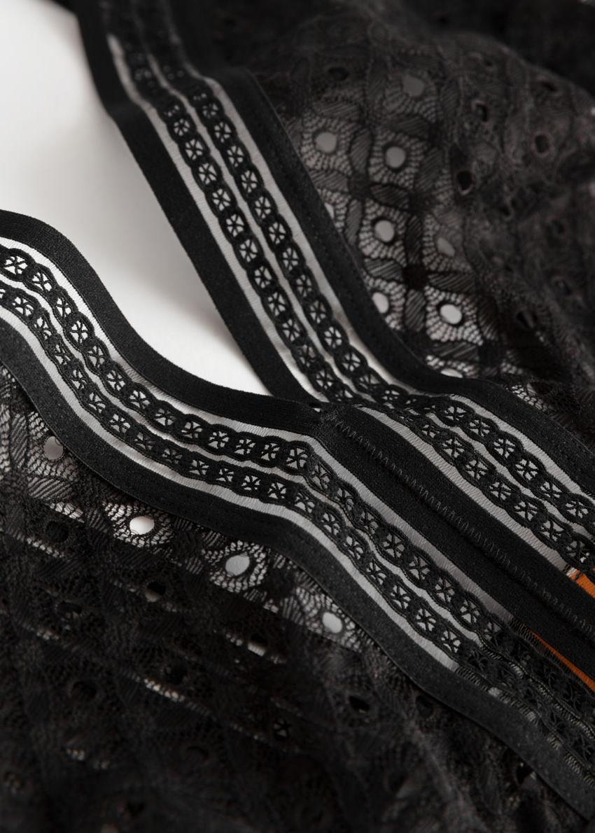 앤아더스토리즈 다이아몬드 아일렛 레이스 바디수트의 블랙컬러 Product입니다.