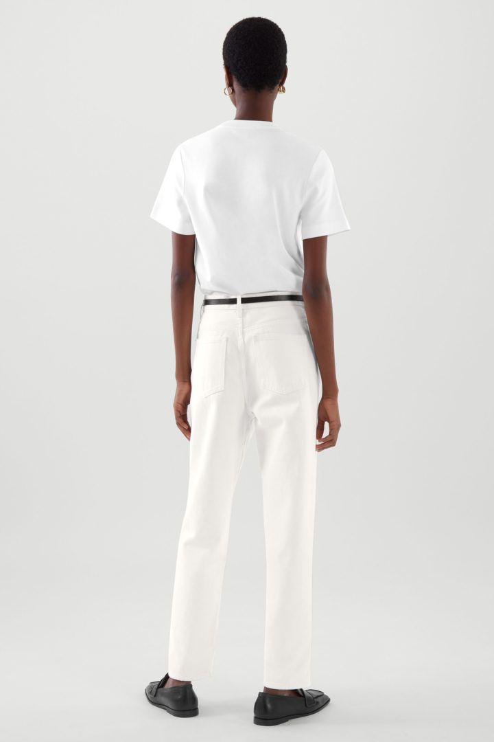 COS 슬림 핏 티셔츠의 화이트컬러 ECOMLook입니다.