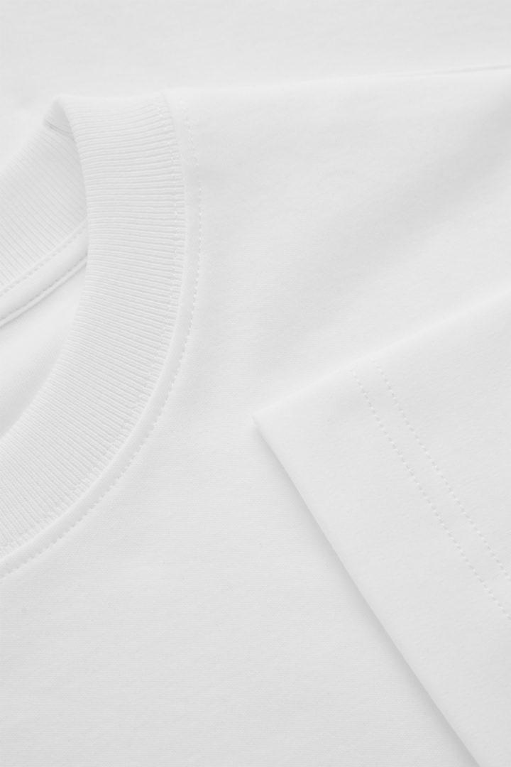 COS 슬림 핏 티셔츠의 화이트컬러 Detail입니다.
