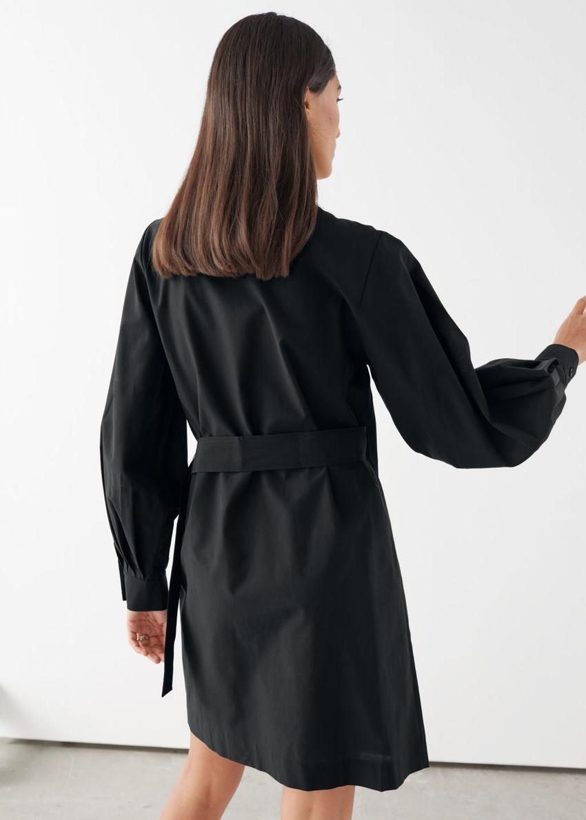 앤아더스토리즈 벨티트 리오셀 블렌드 랩 드레스의 블랙컬러 ECOMLook입니다.