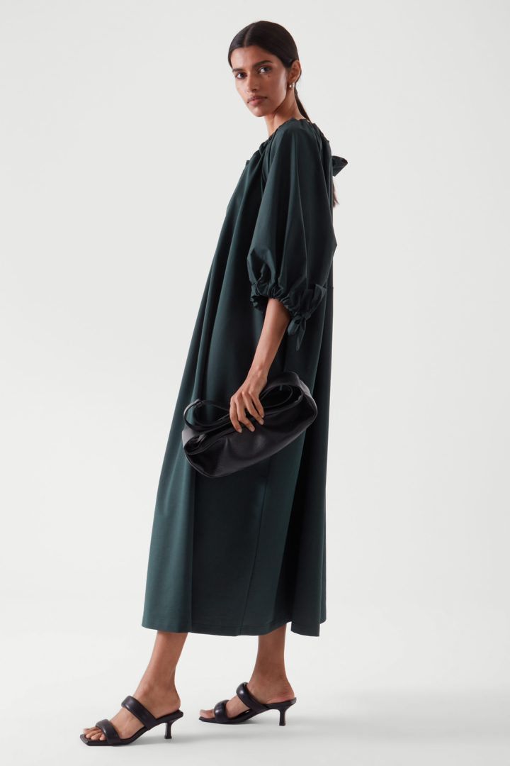COS 개더드 드레스의 다크 터쿼이즈컬러 ECOMLook입니다.