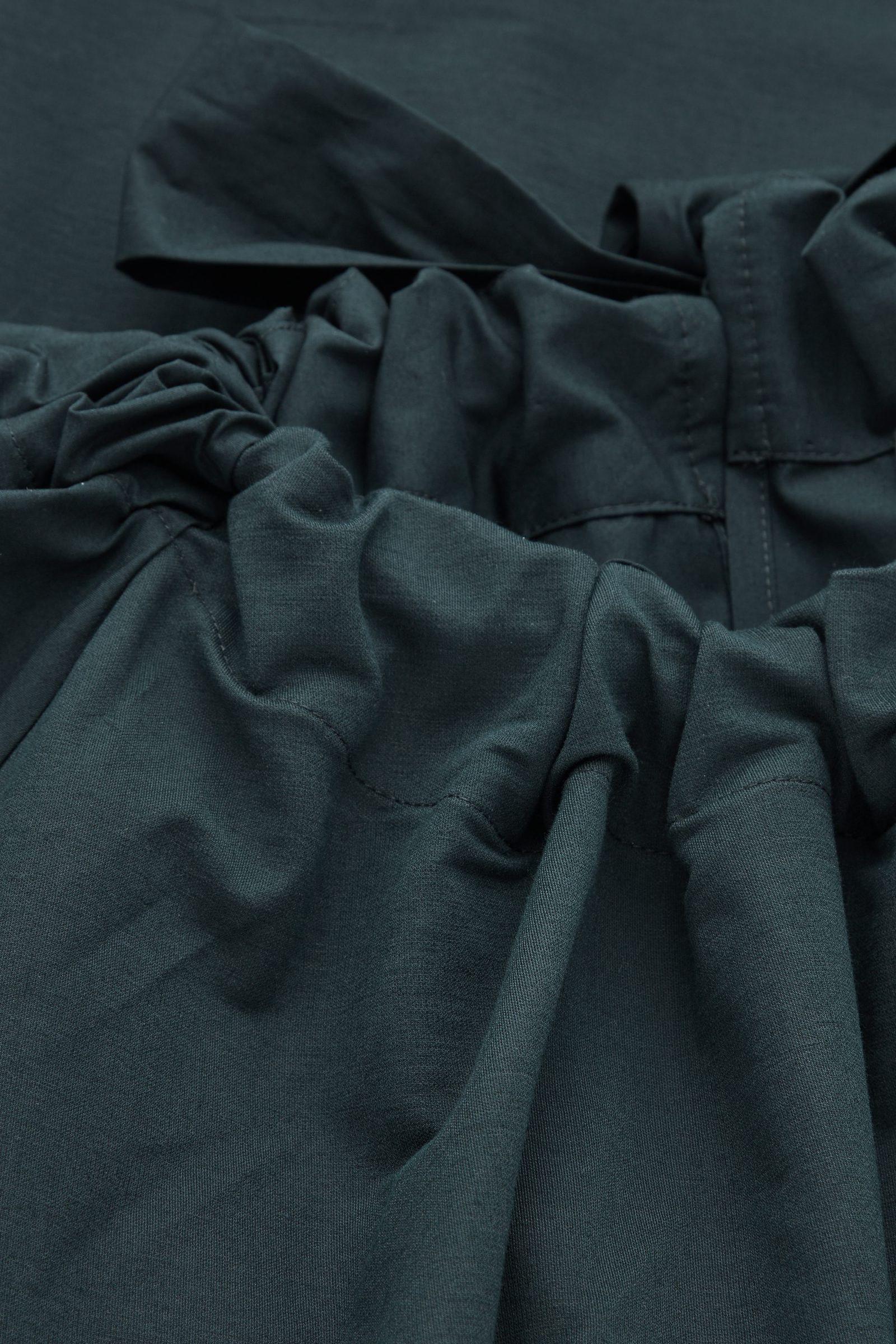 COS 개더드 드레스의 다크 터쿼이즈컬러 Detail입니다.