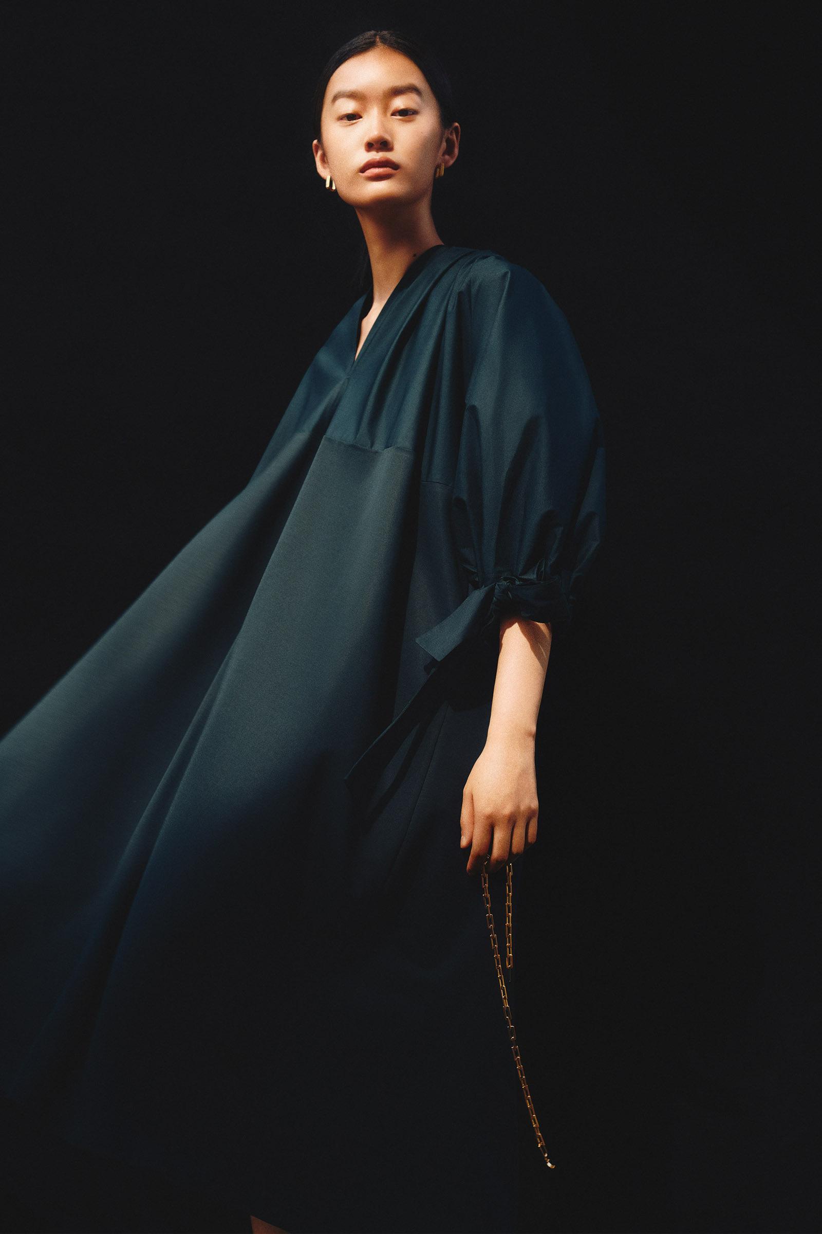 COS 개더드 드레스의 다크 터쿼이즈컬러 Environmental입니다.