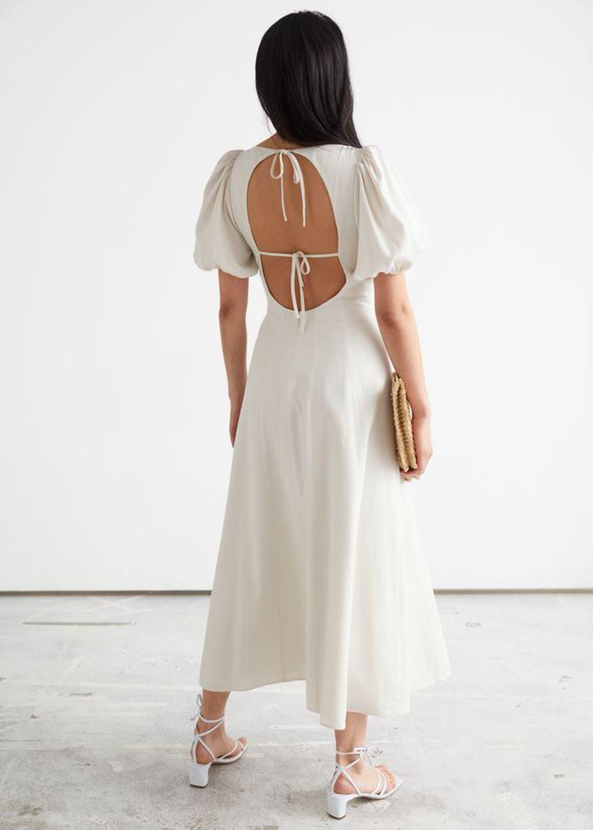 앤아더스토리즈 오픈 백 퍼프 슬리브 미디 드레스의 화이트컬러 ECOMLook입니다.