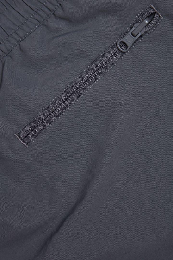 COS 패커블 스윔 쇼츠의 그레이컬러 Detail입니다.