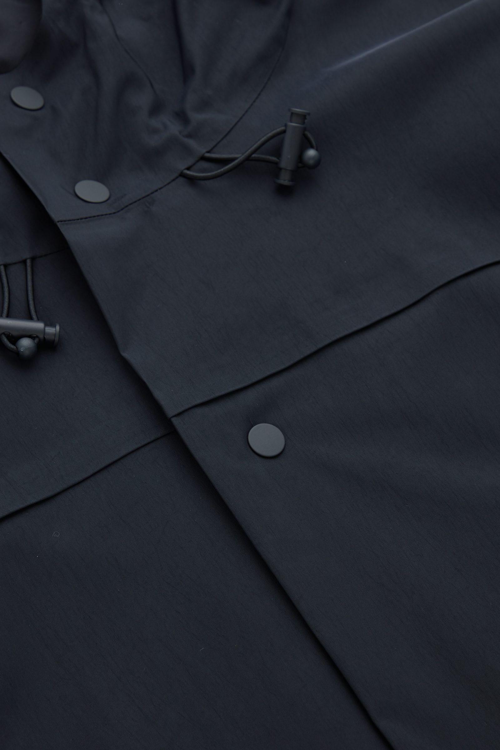 COS 워터프루프 오버코트의 블루컬러 Detail입니다.