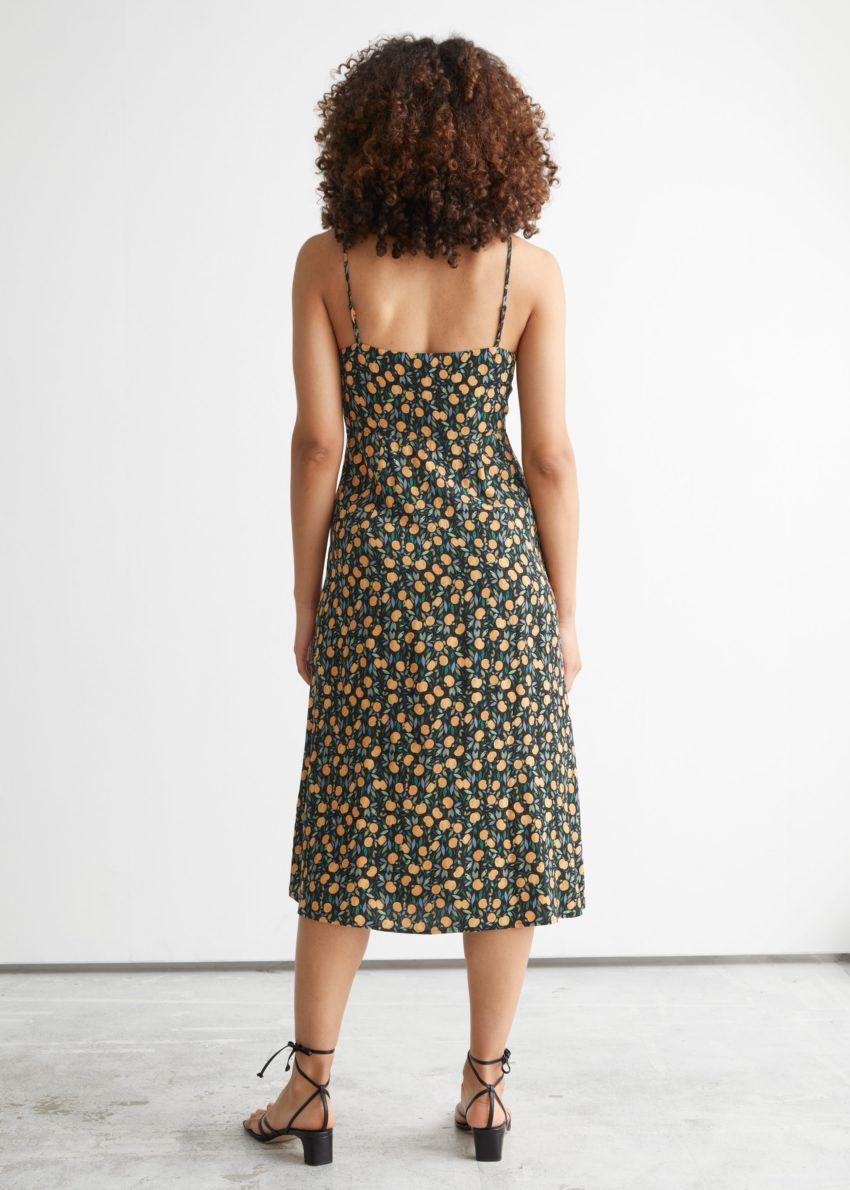 앤아더스토리즈 스트래피 A-라인 미디 드레스의 애플 프린트컬러 ECOMLook입니다.