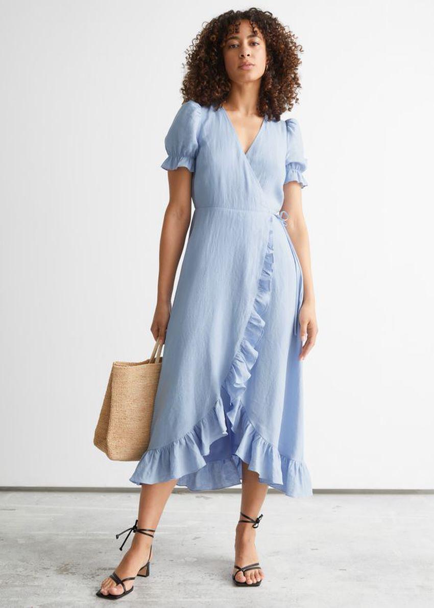 앤아더스토리즈 리넨 미디 랩 드레스의 라이트 블루컬러 ECOMLook입니다.