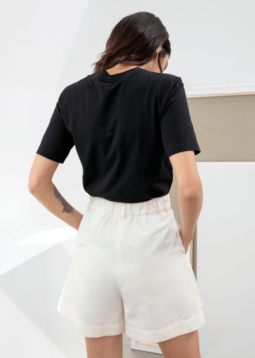 앤아더스토리즈 코튼 티셔츠의 블랙컬러 ECOMLook입니다.