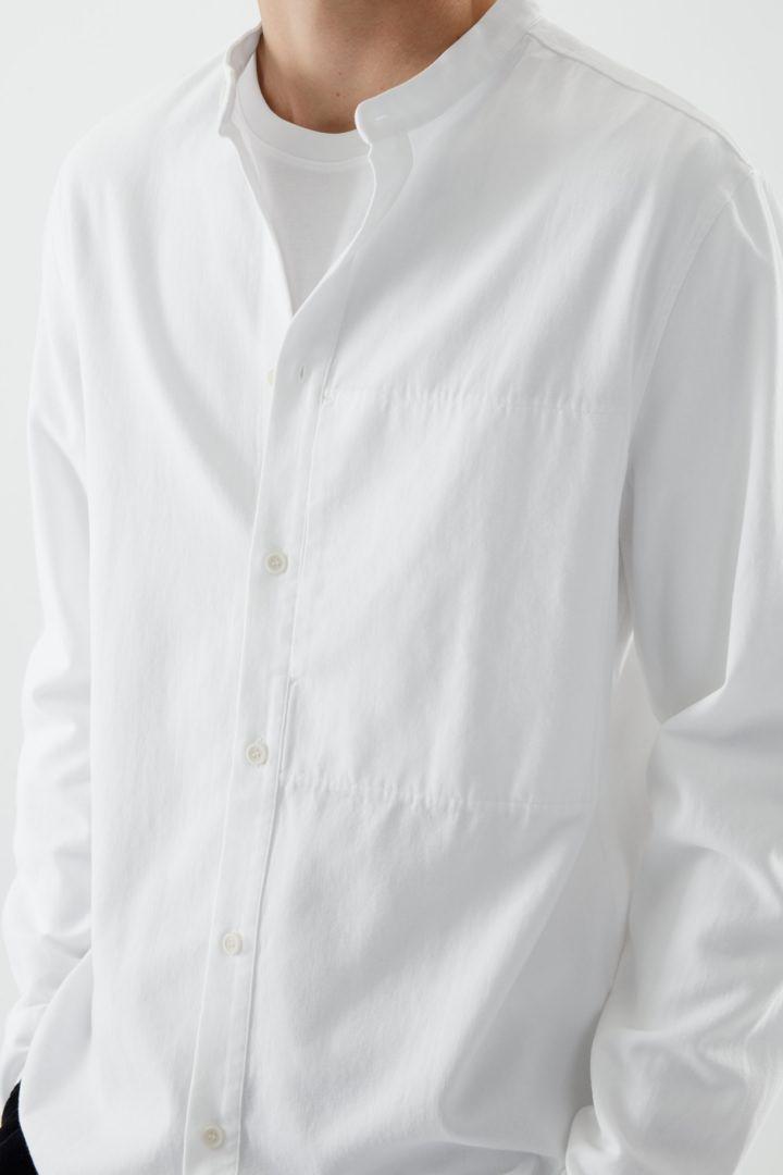 COS 레귤러 핏 칼라리스 셔츠의 화이트컬러 ECOMLook입니다.
