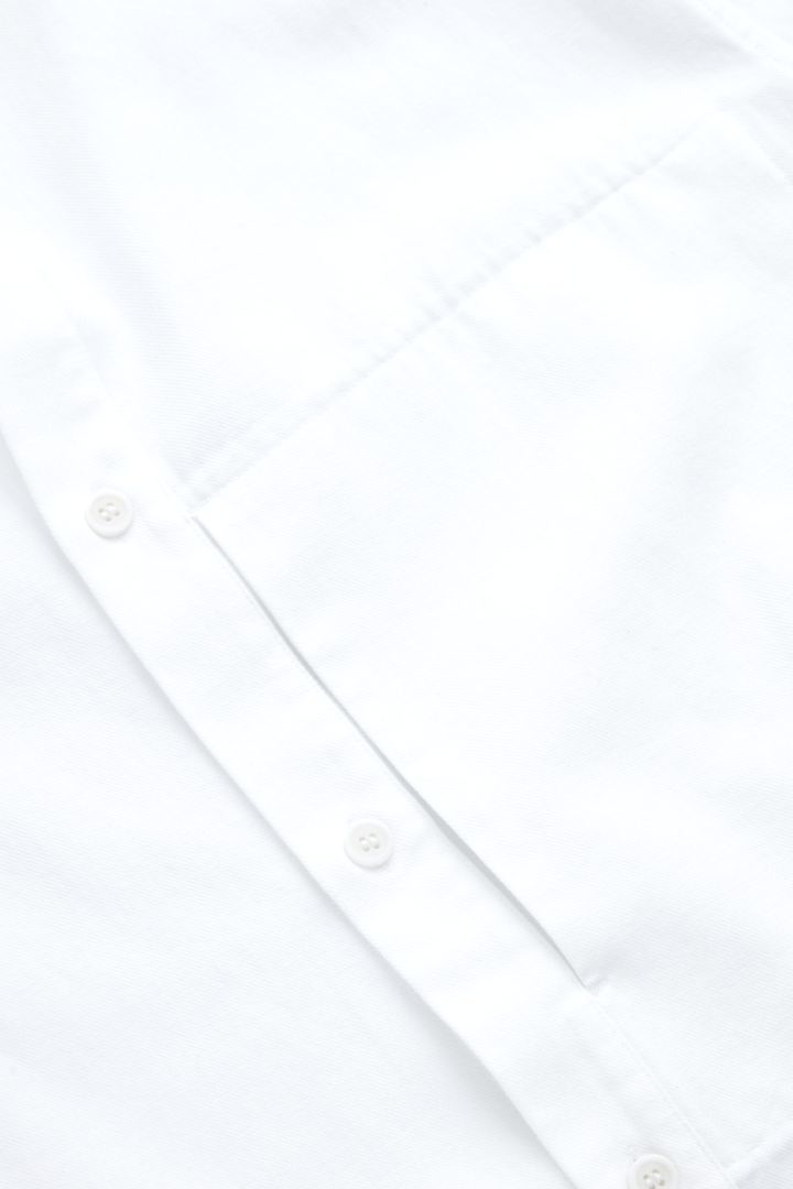 COS 레귤러 핏 칼라리스 셔츠의 화이트컬러 Detail입니다.