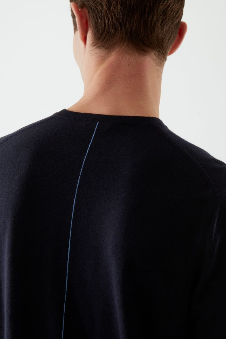 COS 메리노 울 센트럴 심 디테일 스웨터의 다크 네이비컬러 ECOMLook입니다.