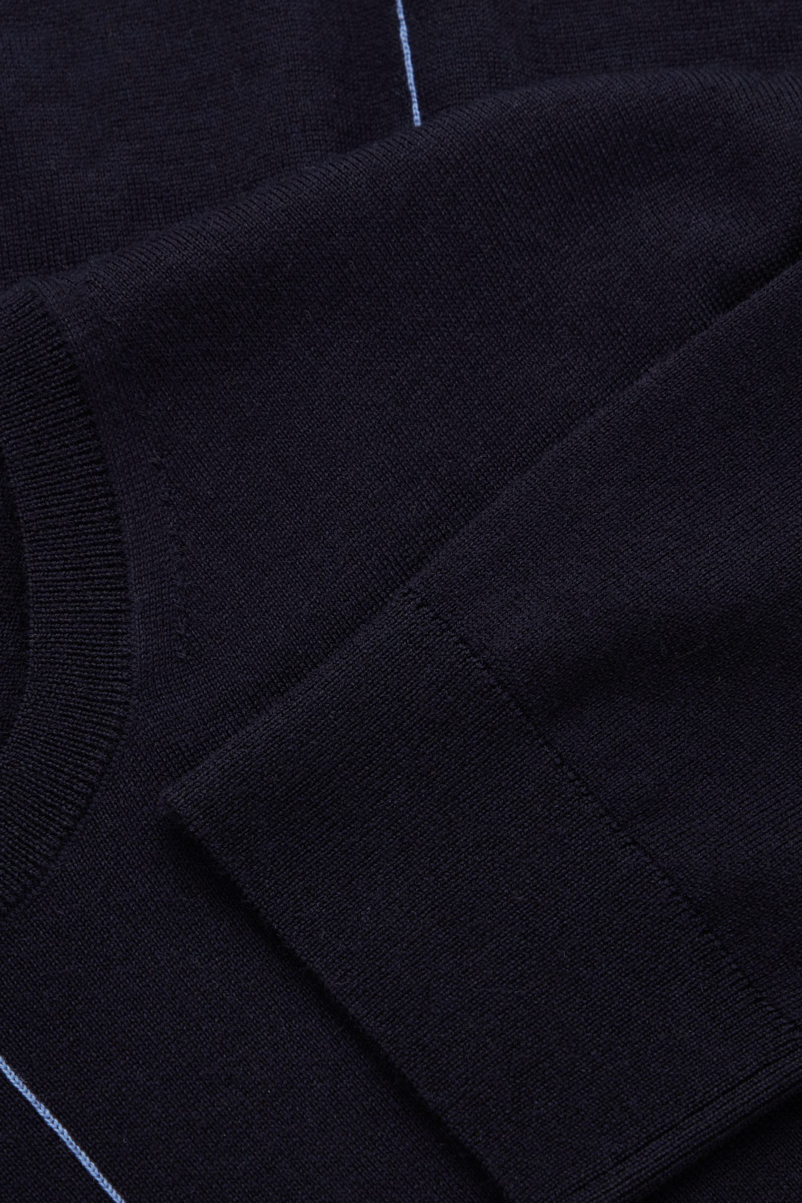 COS 메리노 울 센트럴 심 디테일 스웨터의 다크 네이비컬러 Detail입니다.