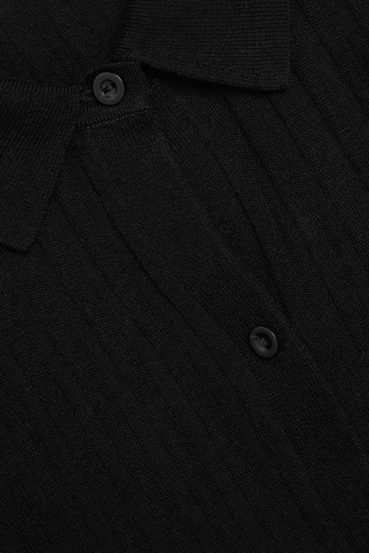 COS 메리노 울 트랜스페어런트 니티드 탑의 블랙컬러 Detail입니다.