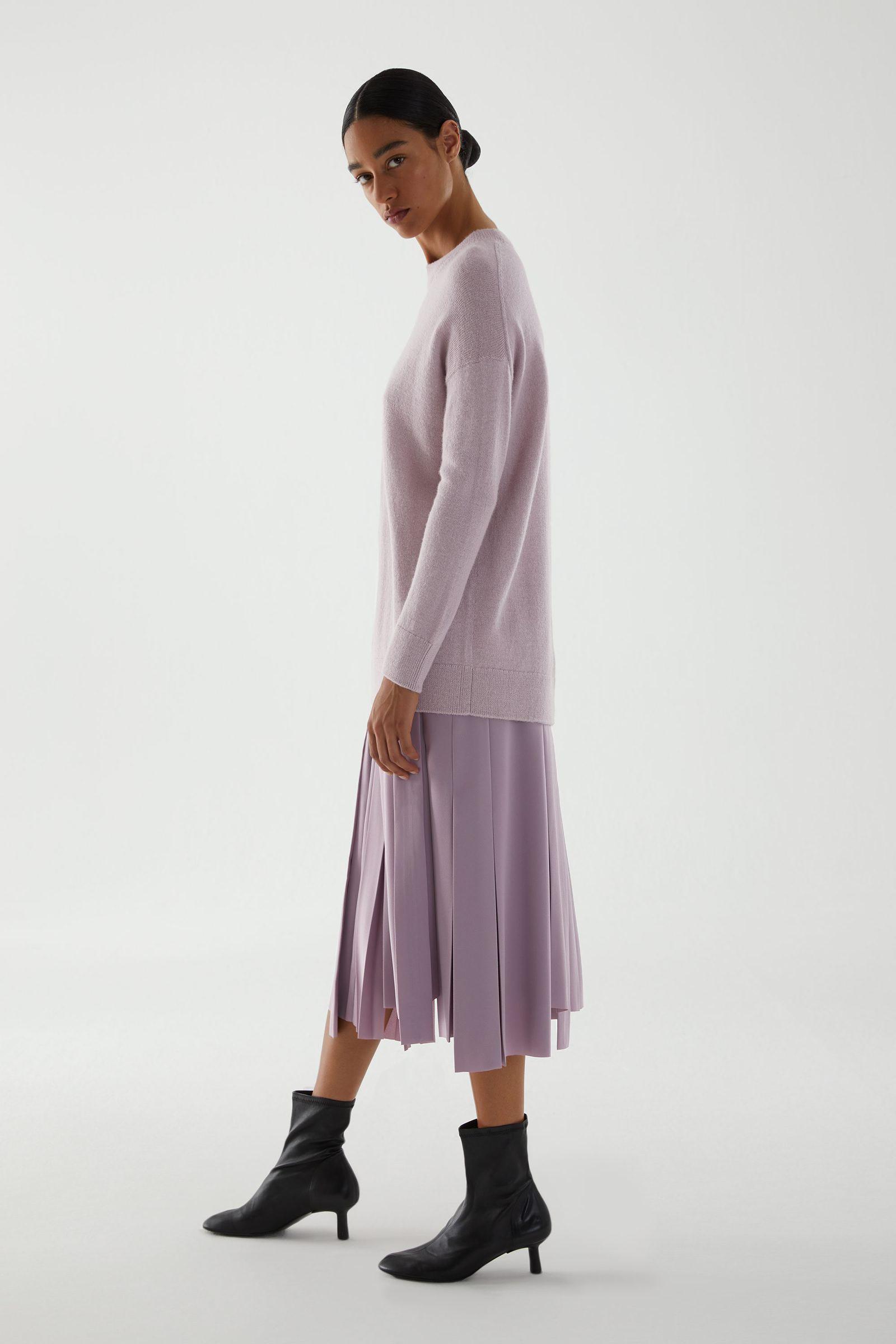 COS 알파카 플레인 니트 스웨터의 핑크컬러 ECOMLook입니다.