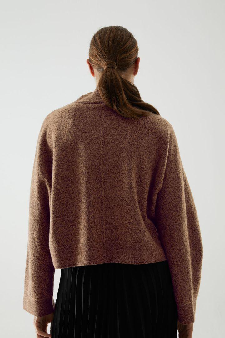 COS 울 크롭 롤넥 스웨터의 베이지컬러 ECOMLook입니다.