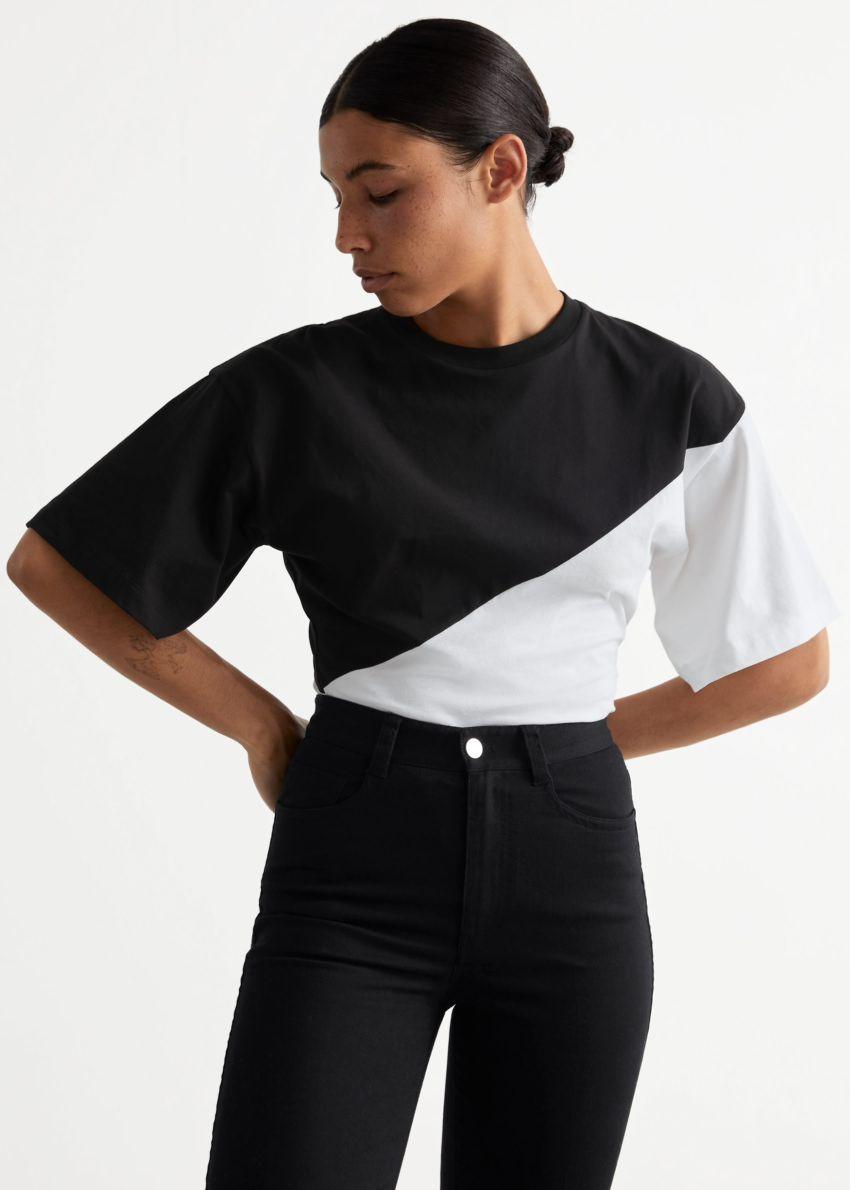 앤아더스토리즈 티셔츠 슬리브 바디수트의 블랙/화이트컬러 ECOMLook입니다.