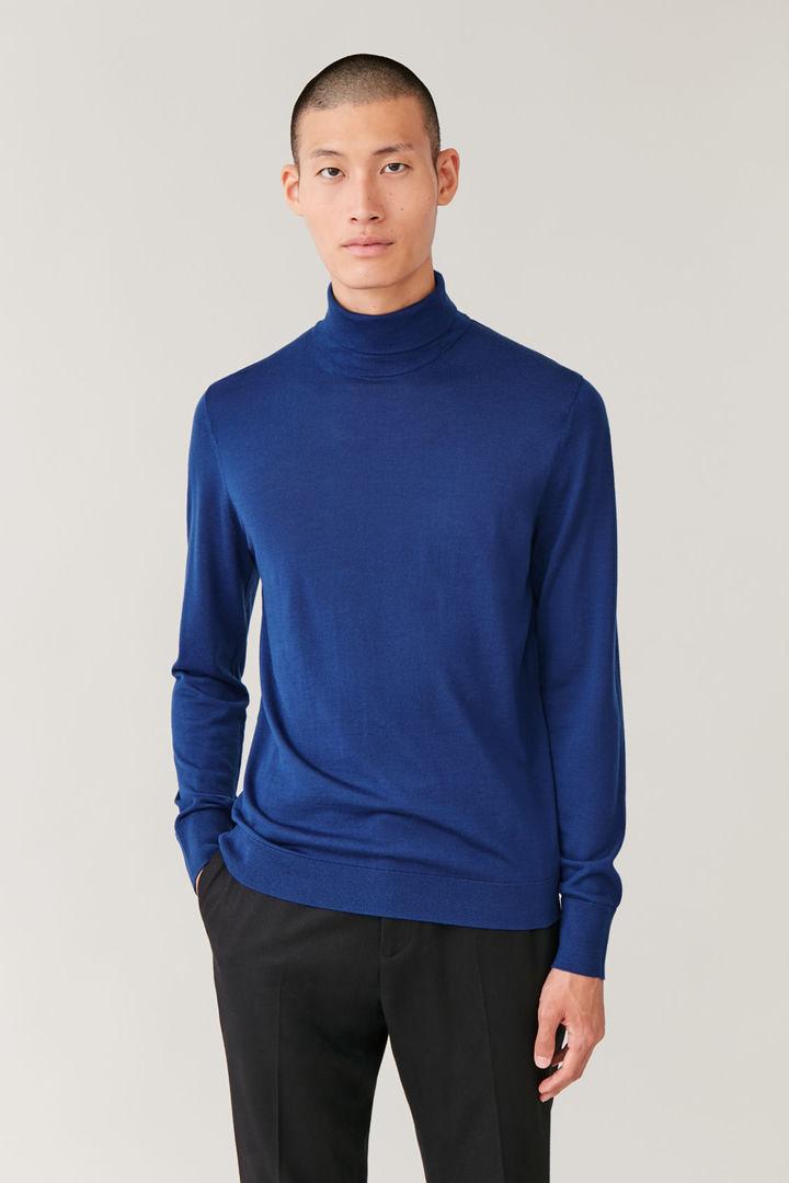 COS default image 12 of 블루 in 메리노 롤넥 스웨터