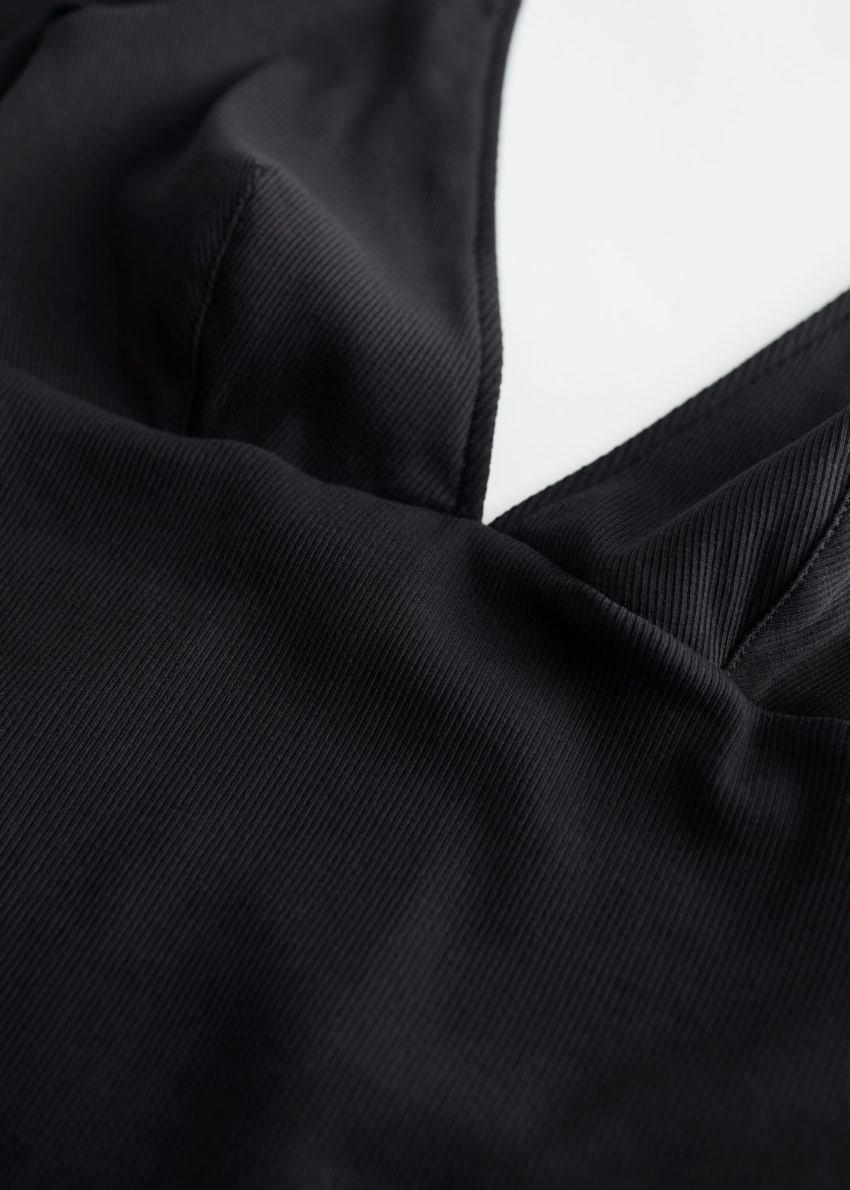 앤아더스토리즈 립 딥 브이넥 바디수트의 블랙컬러 Detail입니다.