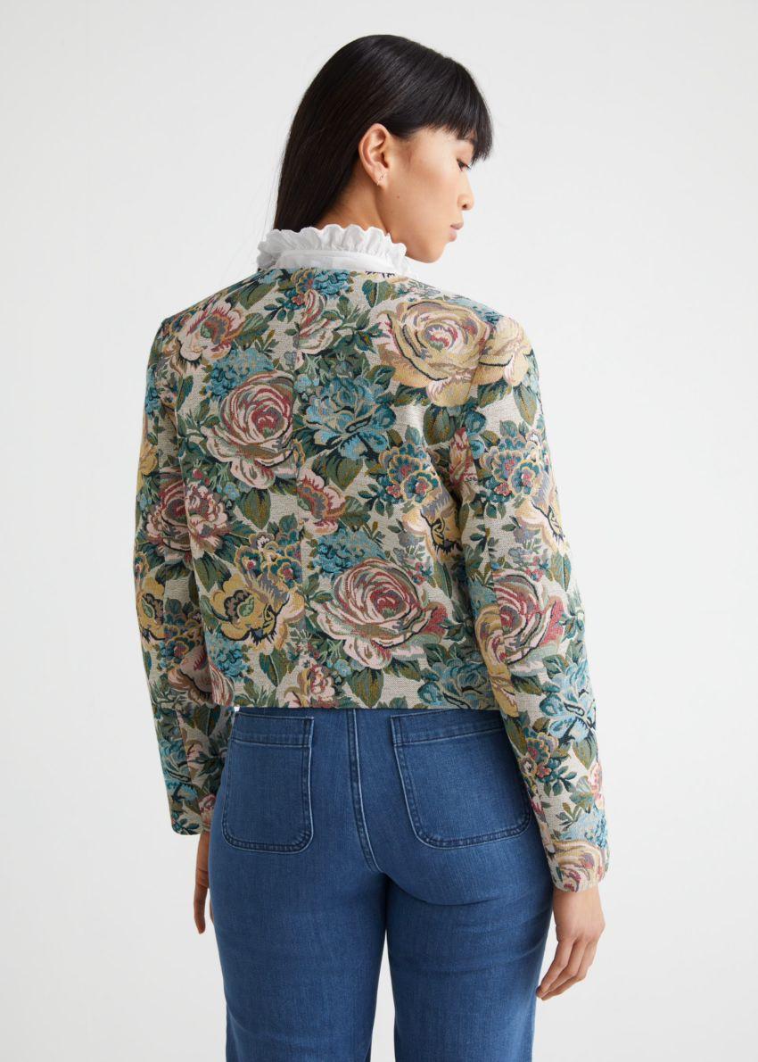 앤아더스토리즈 피티드 크롭 플로럴 자카드 수트 재킷의 블루 플로럴컬러 ECOMLook입니다.