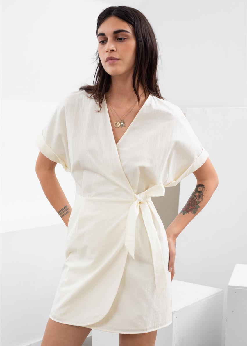 앤아더스토리즈 코튼 랩 미니 드레스의 크림컬러 ECOMLook입니다.