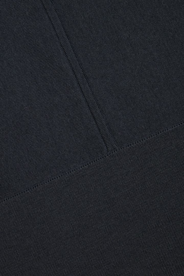 COS 코튼 메리노 울 믹스 롤넥 스웨터의 그레이컬러 Detail입니다.
