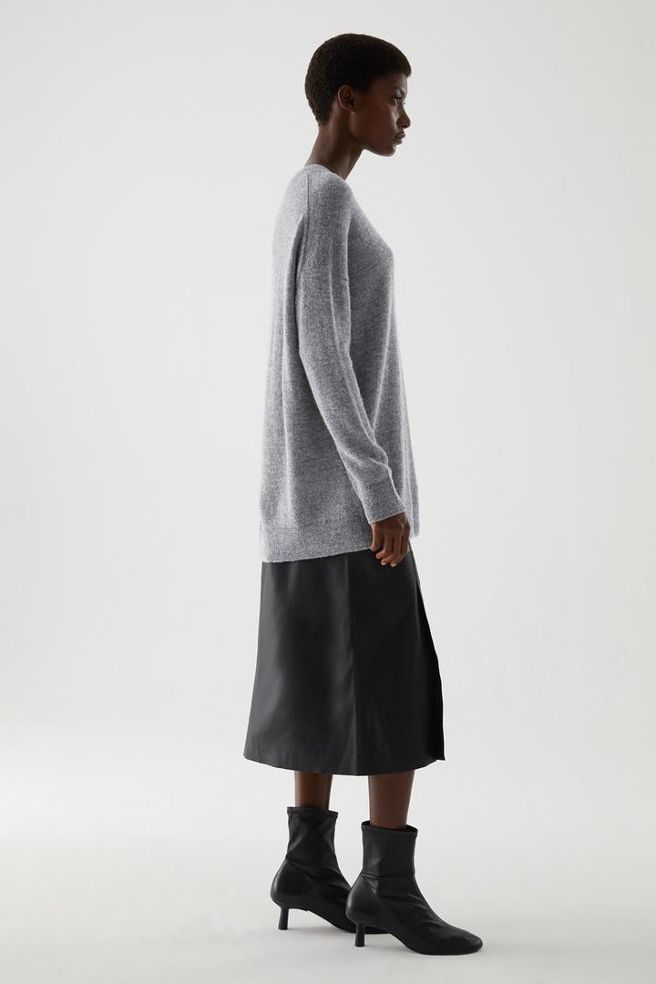 COS 알파카 플레인 니트 스웨터의 그레이컬러 ECOMLook입니다.