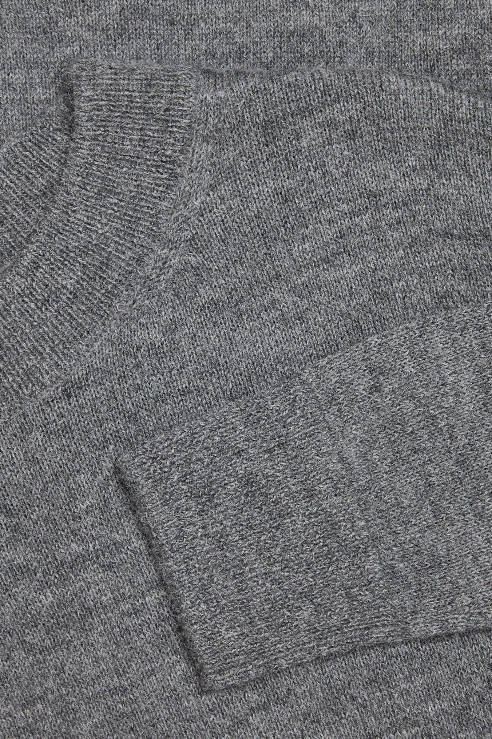COS 알파카 플레인 니트 스웨터의 그레이컬러 Detail입니다.