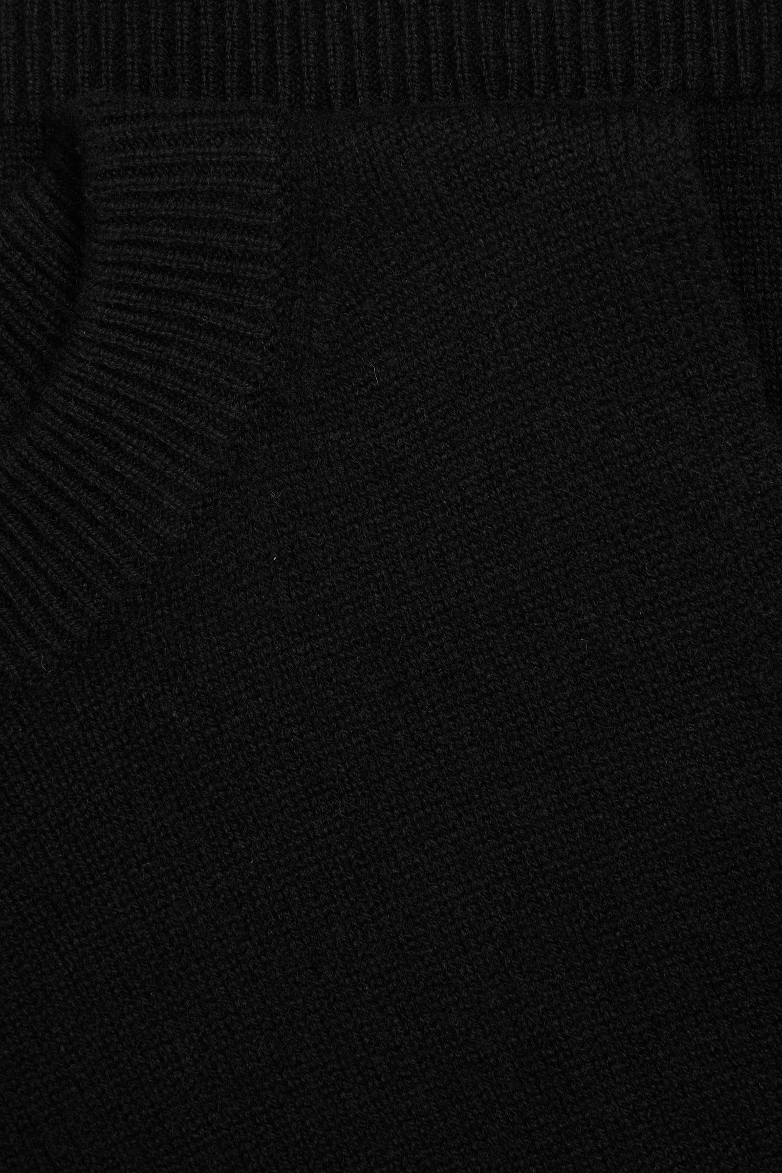 COS 캐시미어 플레인 니트 베스트의 블랙컬러 Detail입니다.