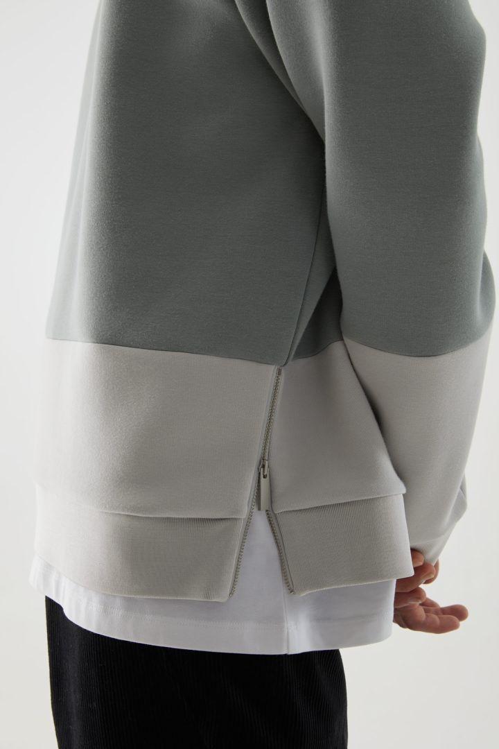 COS 오가닉 코튼 미니멀 컬러 블록 스웻셔츠의 그레이컬러 ECOMLook입니다.