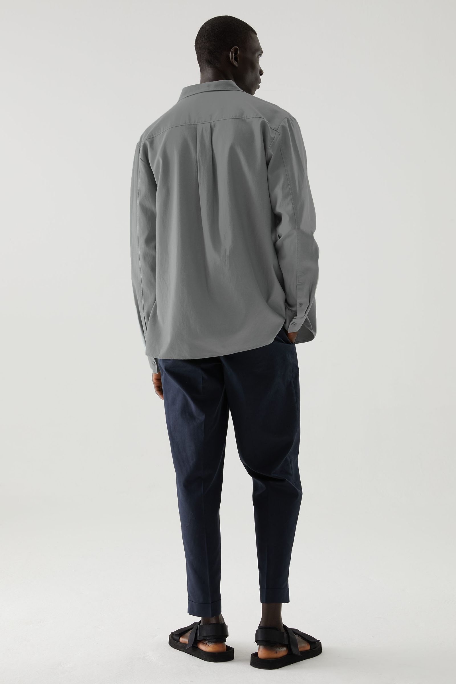 COS 릴랙스드 투포켓 셔츠의 그레이컬러 ECOMLook입니다.