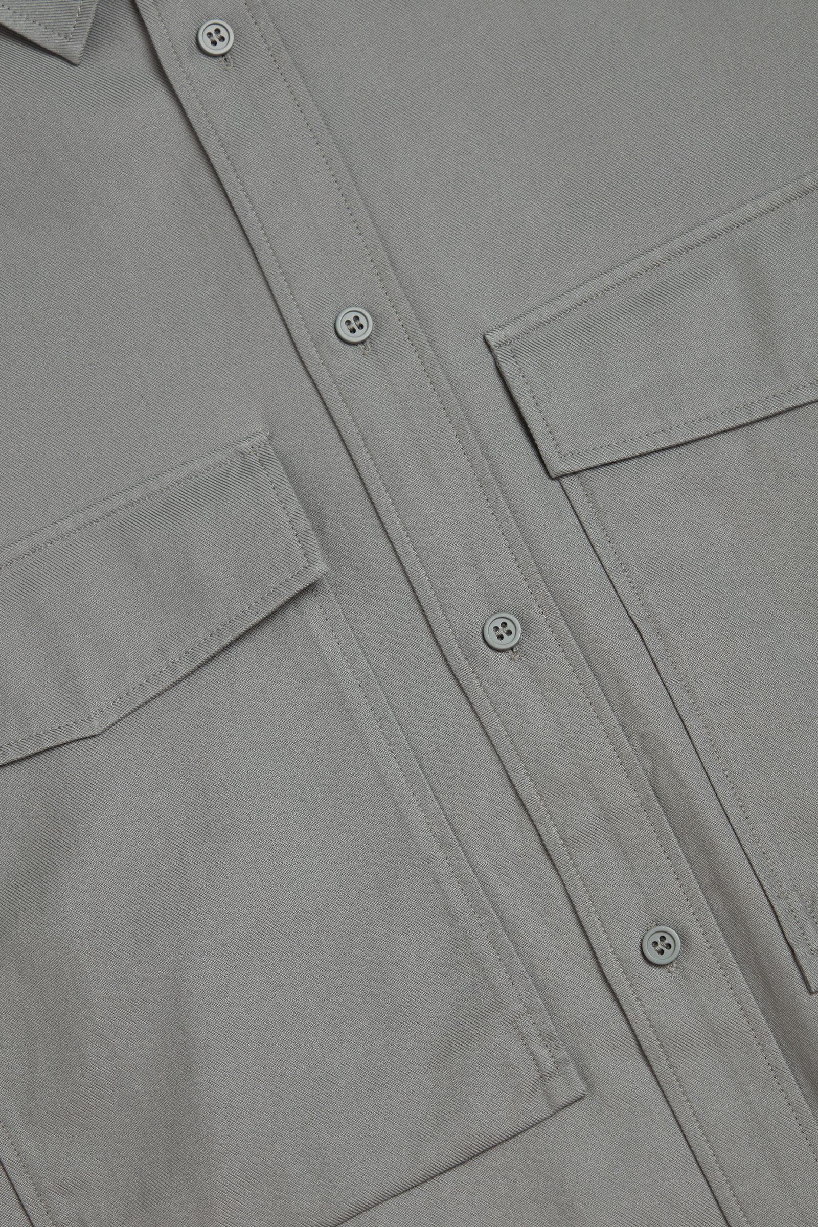 COS 릴랙스드 투포켓 셔츠의 그레이컬러 Detail입니다.