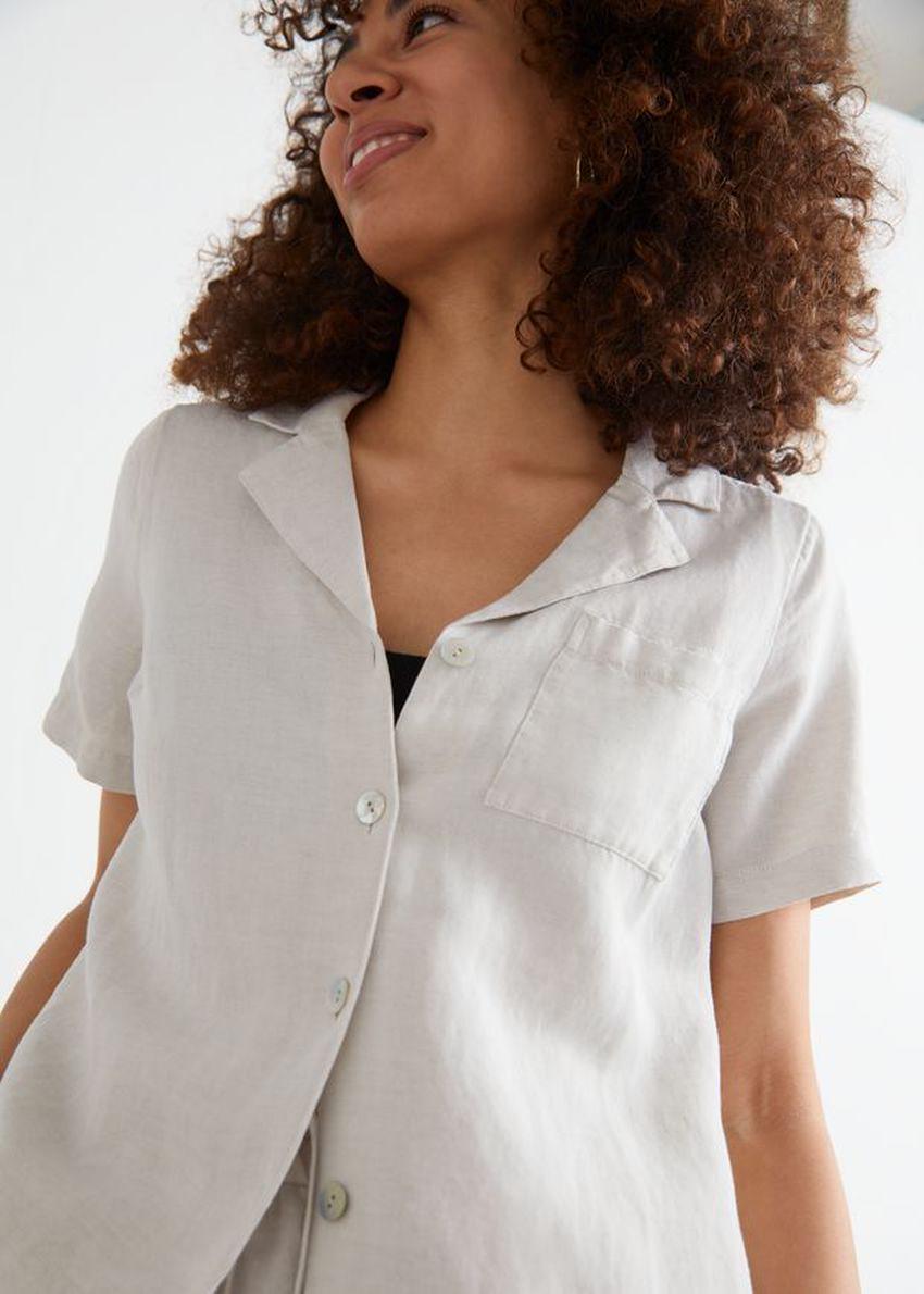 앤아더스토리즈 체스트 포켓 쇼트 슬리브 셔츠의 화이트컬러 ECOMLook입니다.