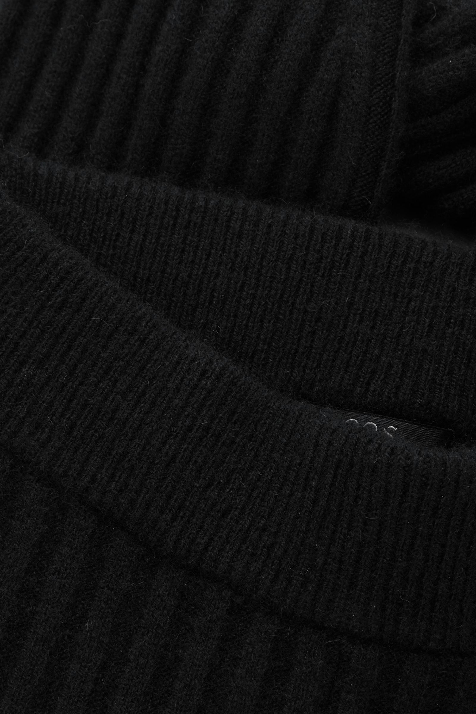 COS 리브 캐시미어 레깅스의 블랙컬러 Detail입니다.