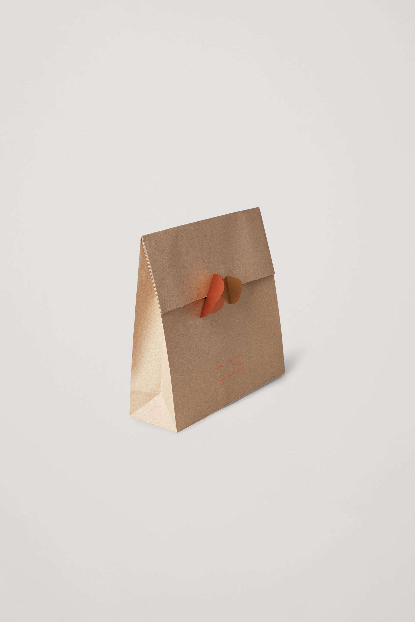 COS 라지 기프트 백의 오렌지컬러 Product입니다.