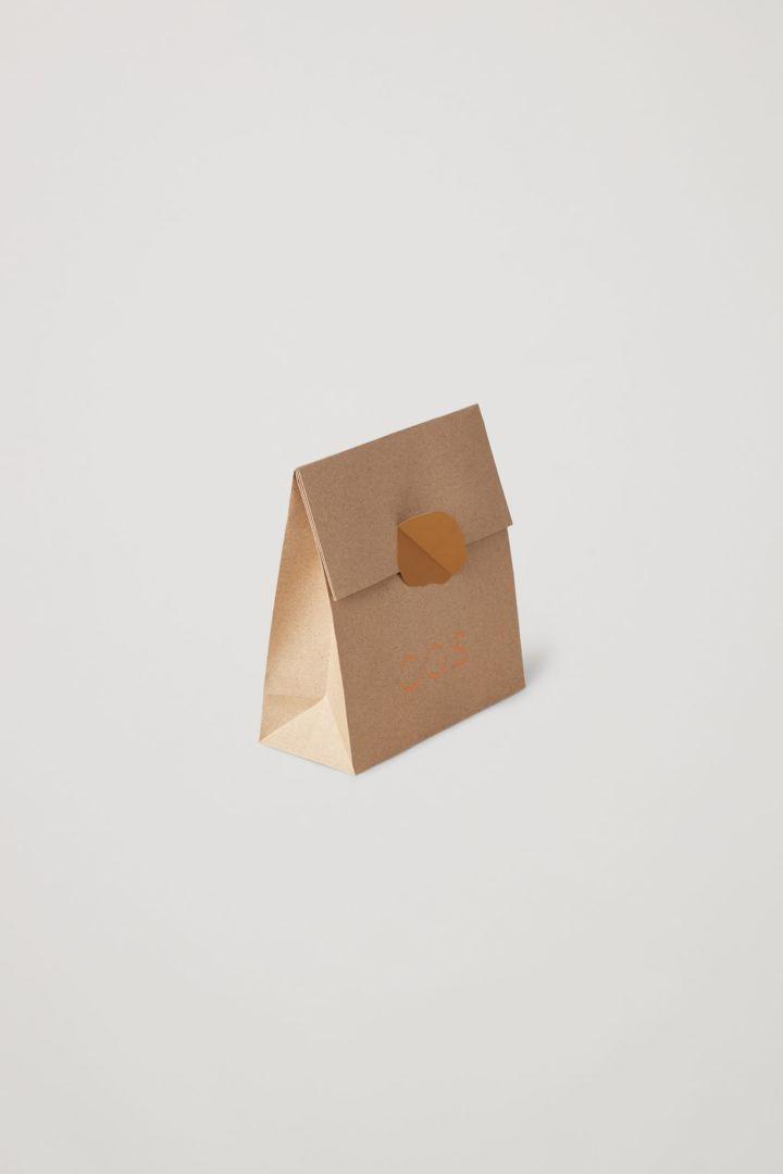 COS 스몰 기프트 백의 오렌지컬러 Product입니다.