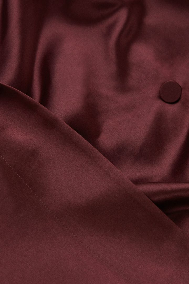 COS 멀버리 실크 드레싱 가운의 레드컬러 Detail입니다.