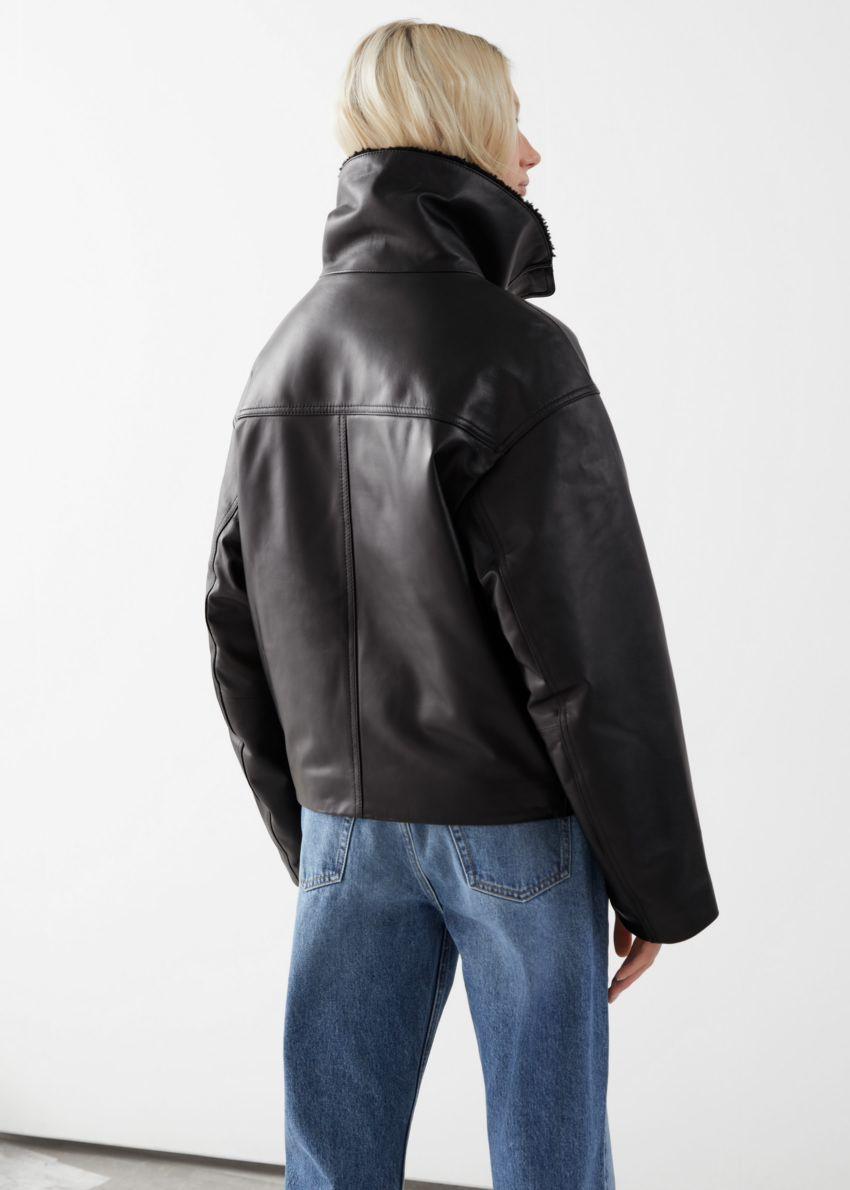 앤아더스토리즈 박시 크롭 레더 셜링 재킷의 블랙컬러 ECOMLook입니다.