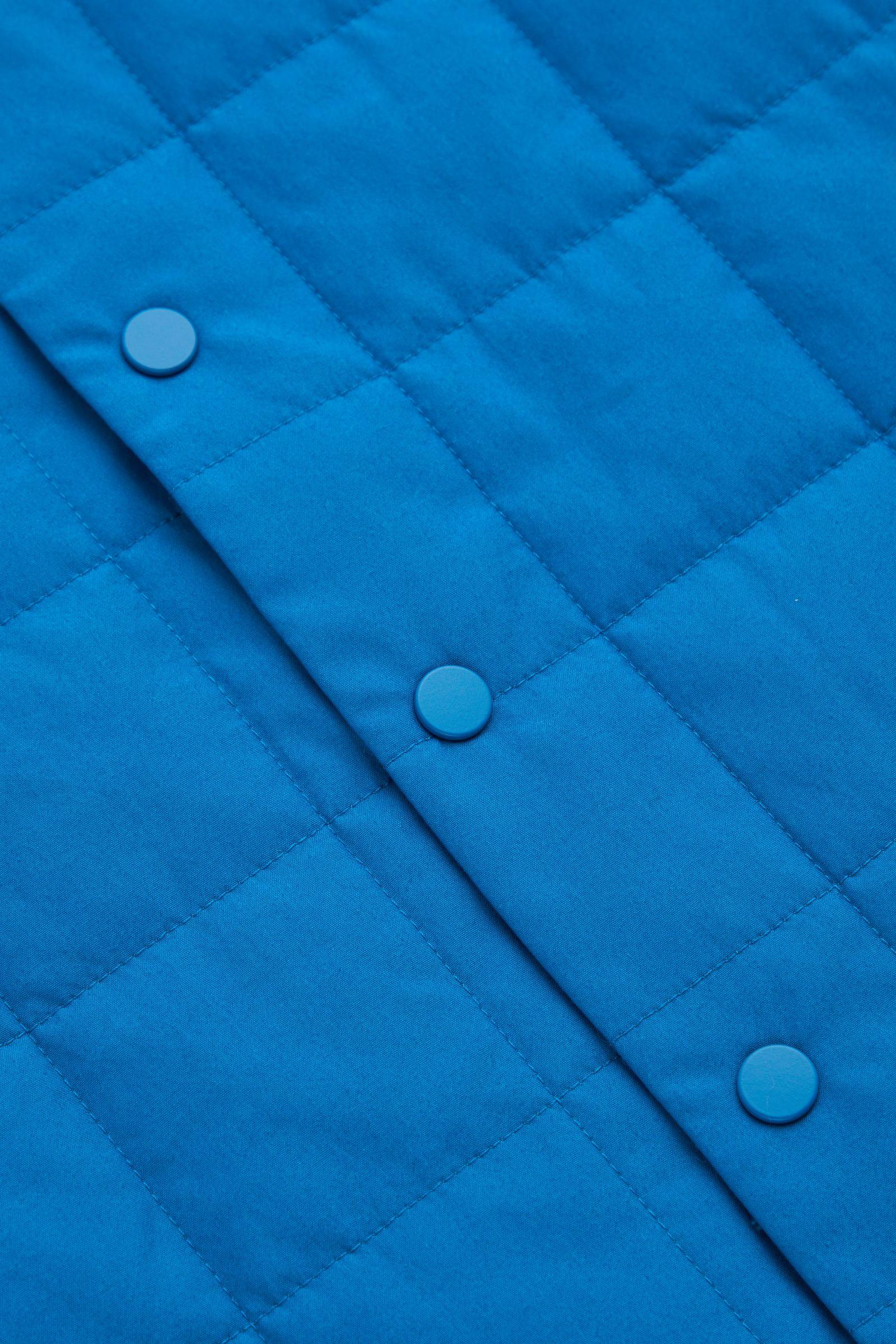 COS 체크 퀼팅 패딩 질레의 블루컬러 Detail입니다.