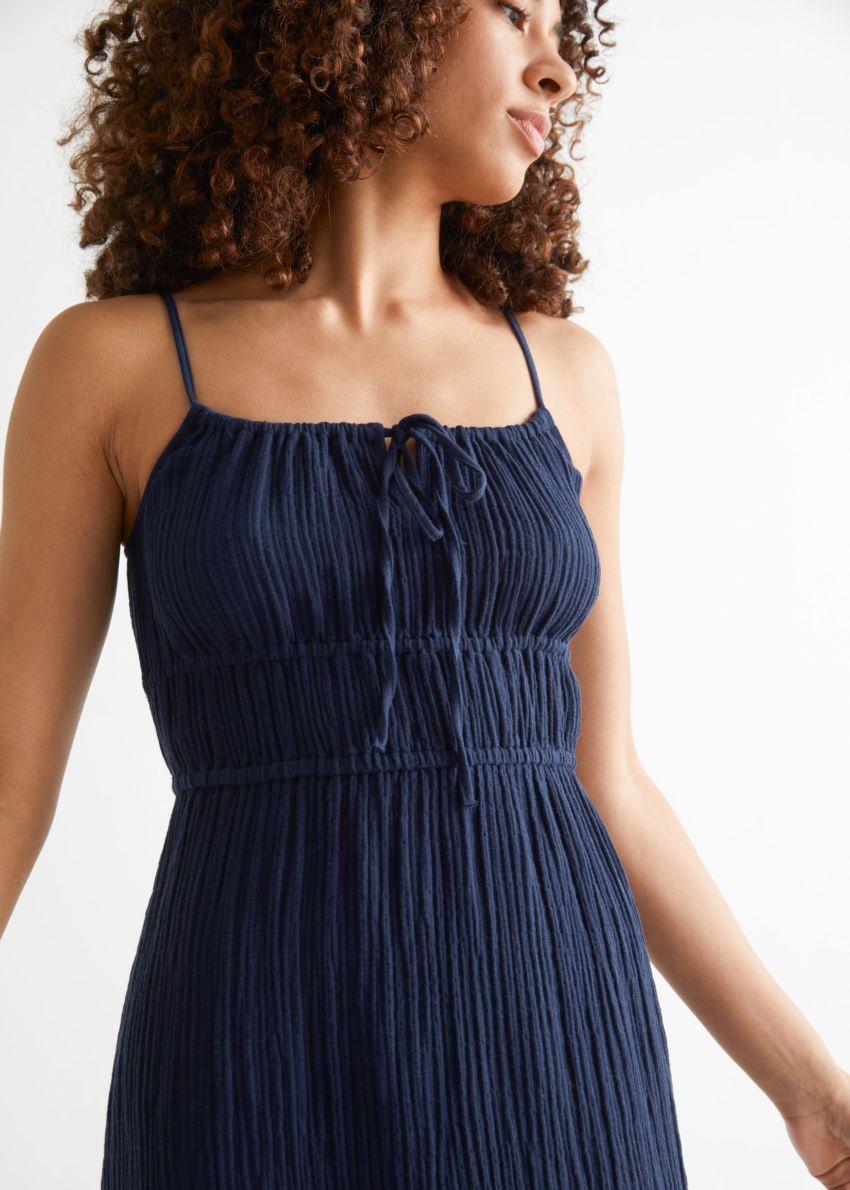 앤아더스토리즈 스트래피 미디 드레스의 네이비컬러 ECOMLook입니다.